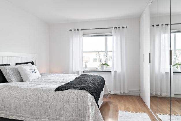 Sovrum med garderobsvägg för utmärkt förvaring.