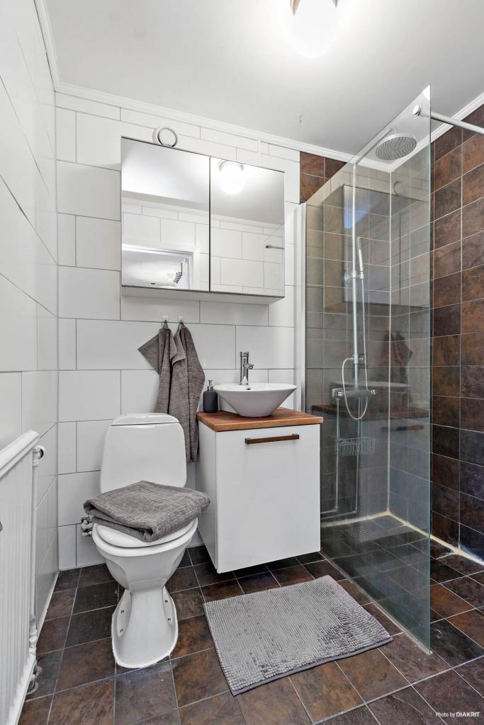 Snyggt helkaklat badrum!