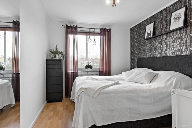 Trivsamt sovrum med 2 garderober.