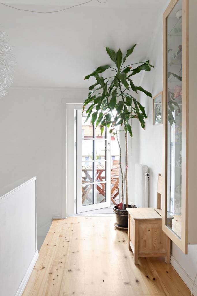 Hall på övervåningen med utgång till balkong