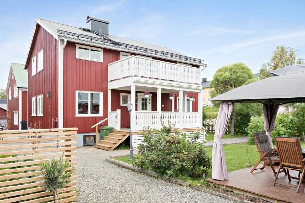 Villa med stor balkong, uteplatser o gräsytor