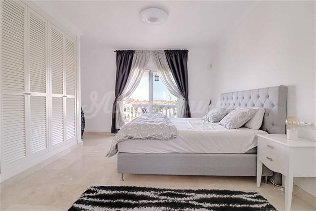 Master bedroom med utgång till balkong