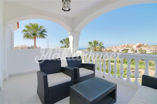 Från balkongen har utsikt över både hav och golfbana