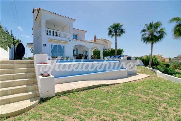 Vacker villa med infinitypool med vattenfall!