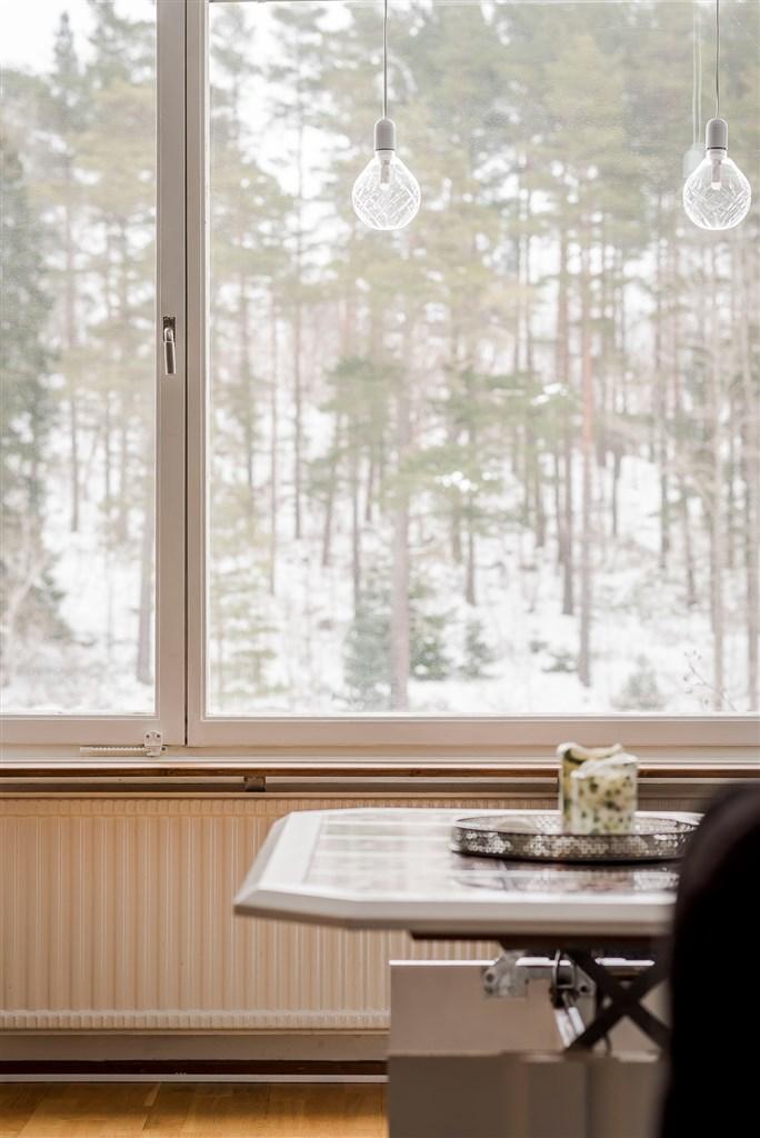 Stora fönster ut mot grönska