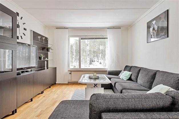 Härligt vardagsrum med fin utsikt och ogenerat läge