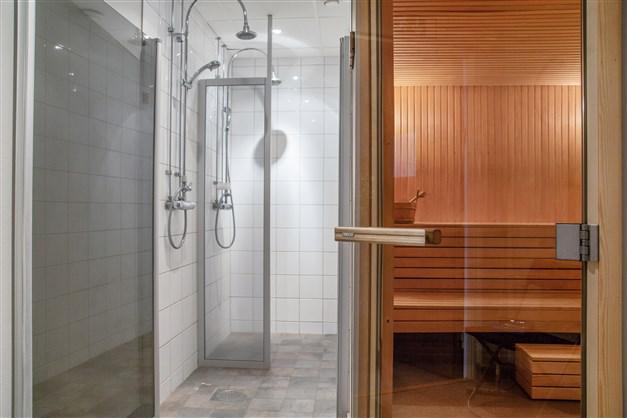 Gemensam bastu/dusch intill relaxavdelning