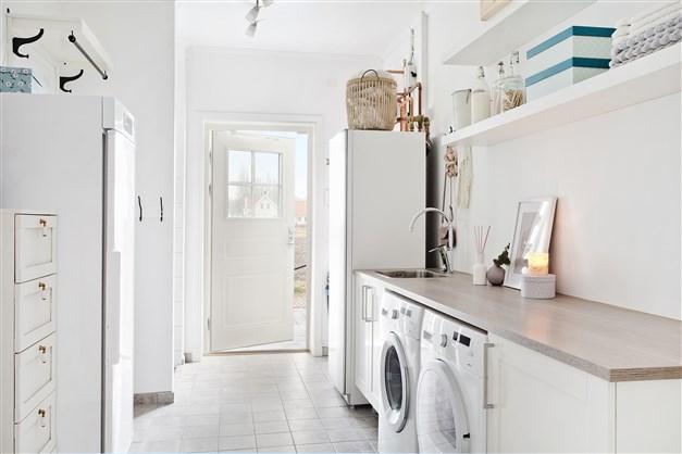 Tvättstuga med egen ingång, grovköksdusch och bra förvaringsmöjlighet