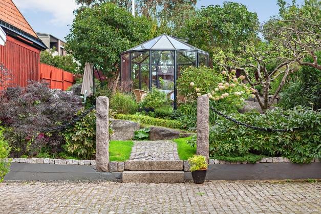 Trädgård med orangeri