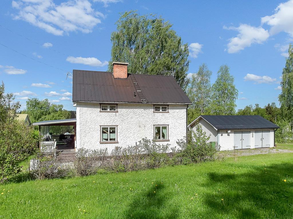 1½-plans villa med källare.