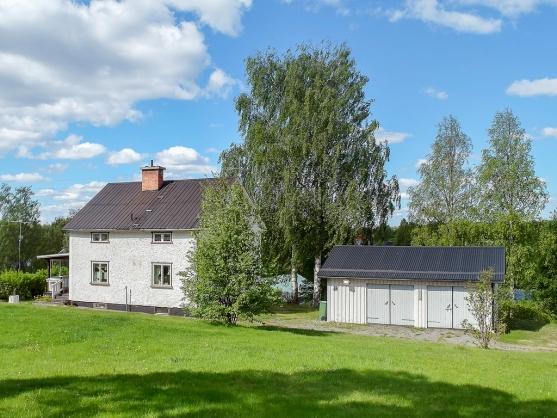 1½-plans villa med källare med fristående isolerat dubbel garage.