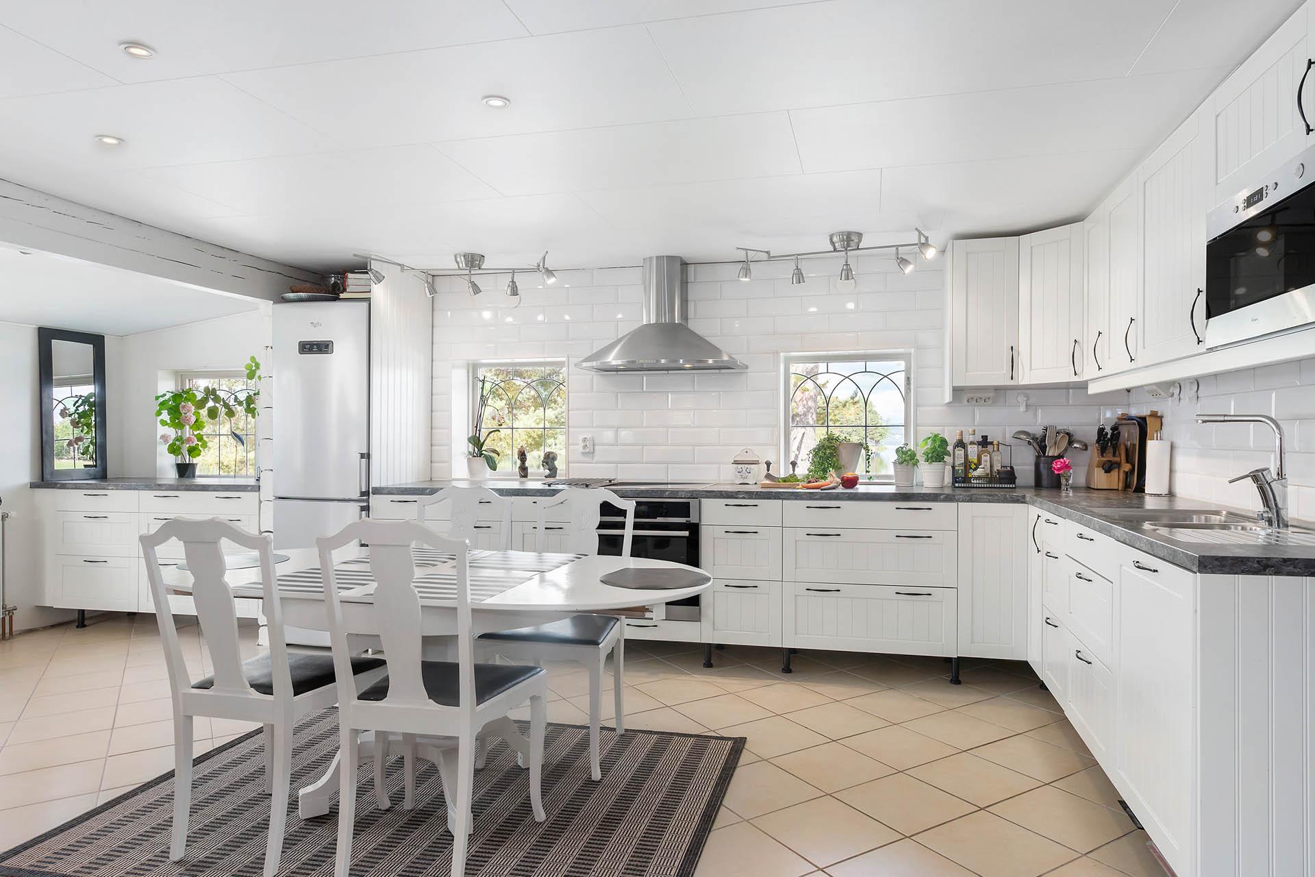 Rymligt kök med matplats och utsikt över vattnet