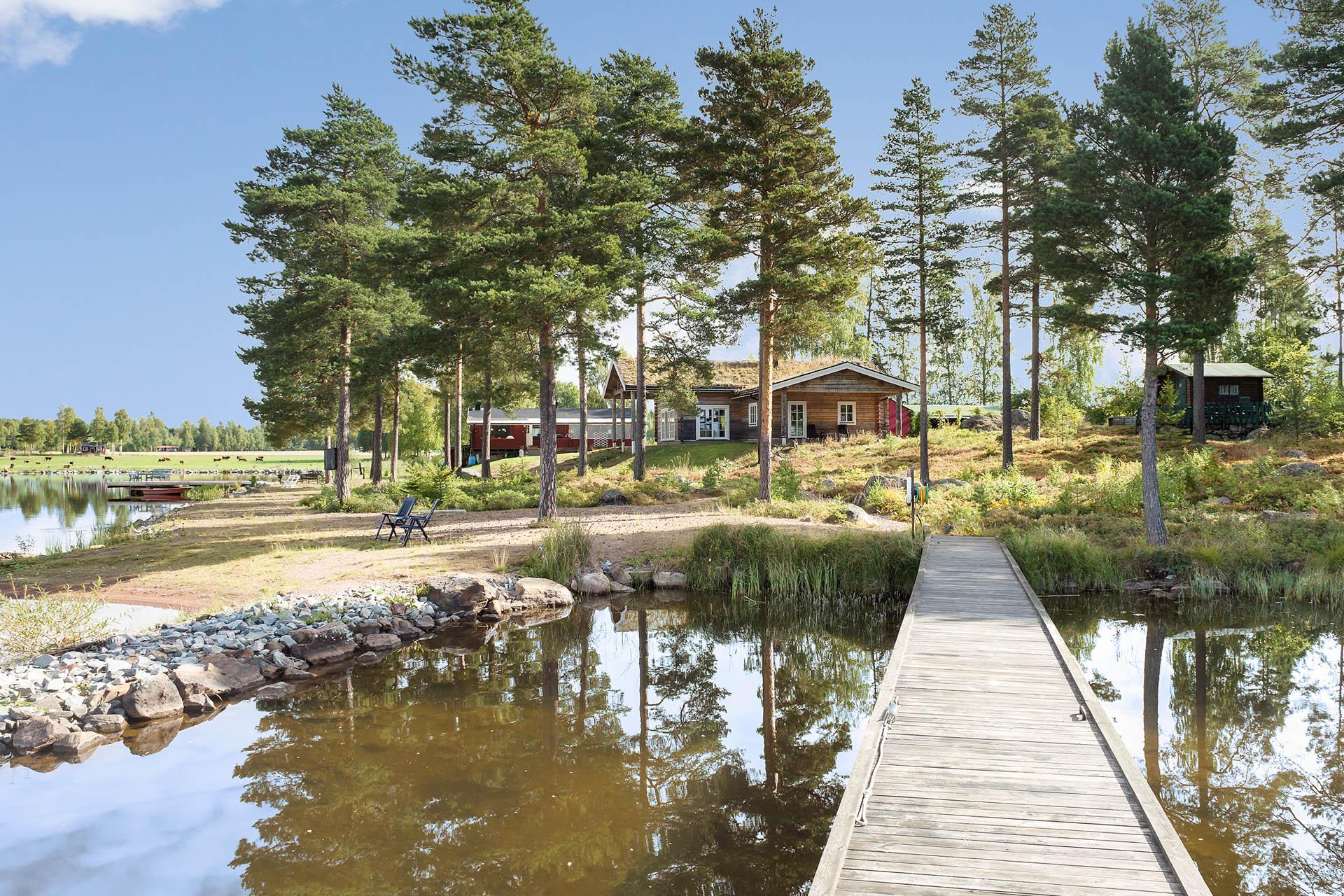 Helt unik fastighet med två bostadshus och egen lång strandlinje