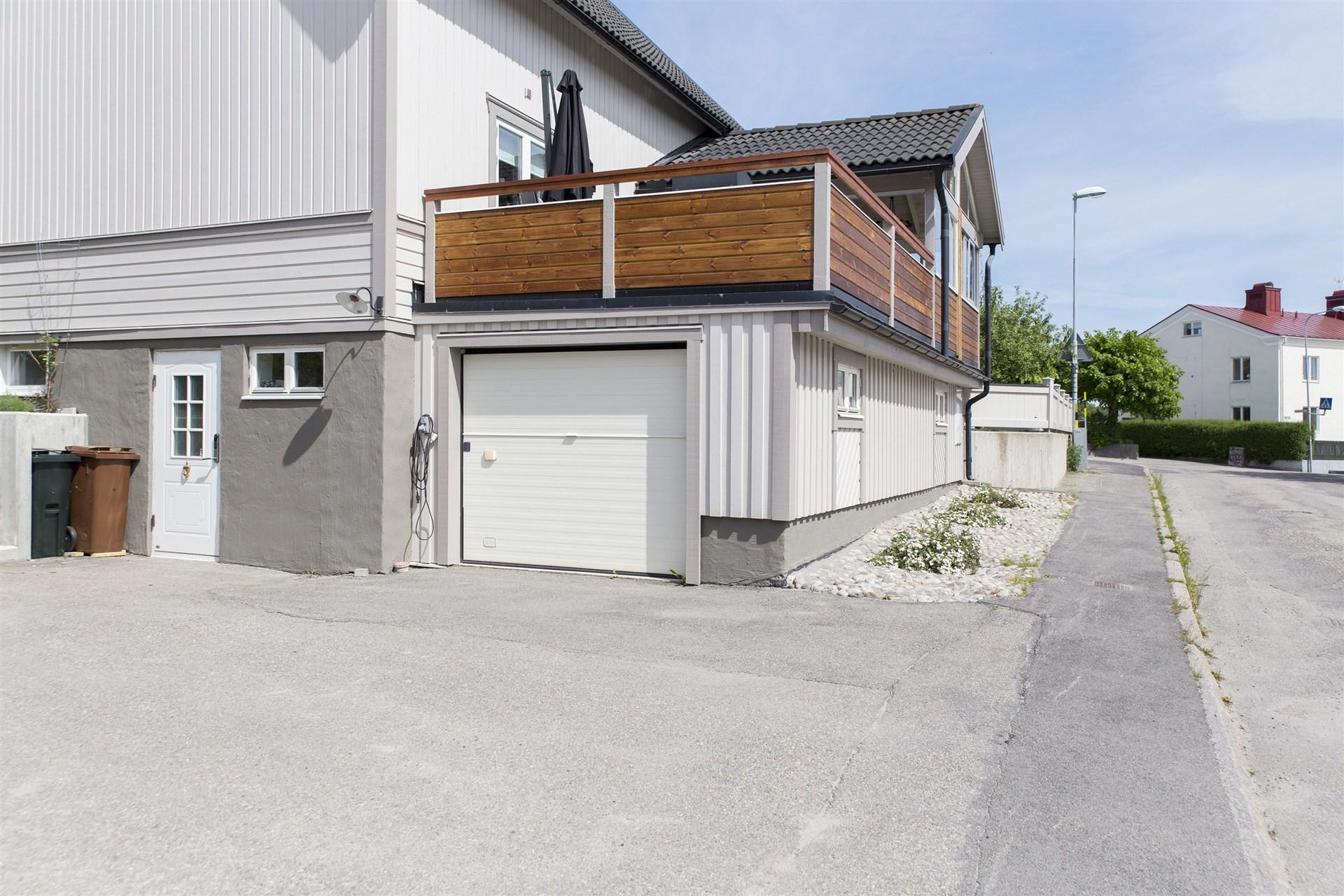 Garage under altanerna och groventré