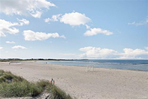Här bor du med lyxen att kunna svepa badrocken om dig för en kort promenad ner till Apelvikens fantastiska strand
