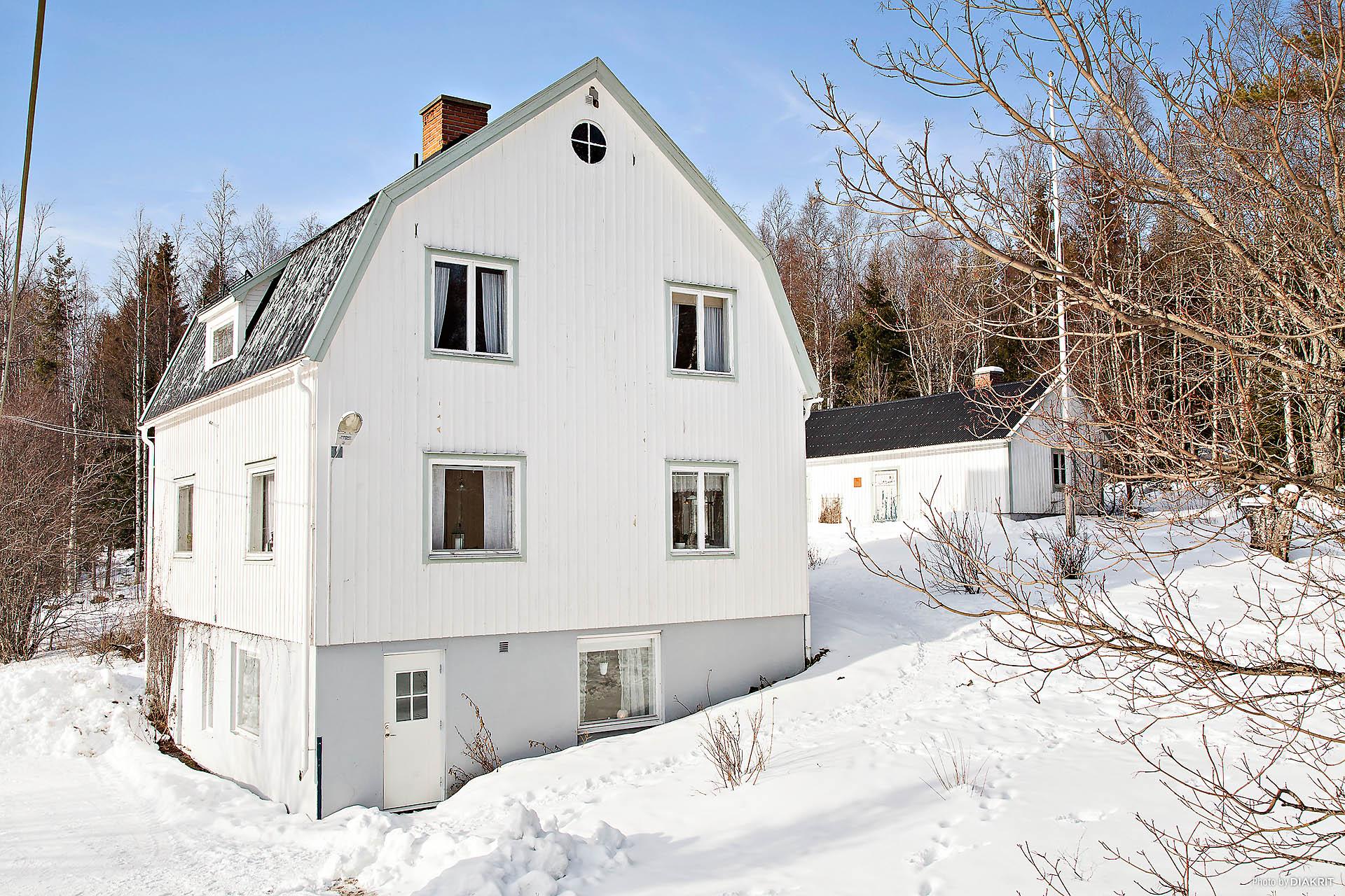 Villa samt uthusbyggnad.