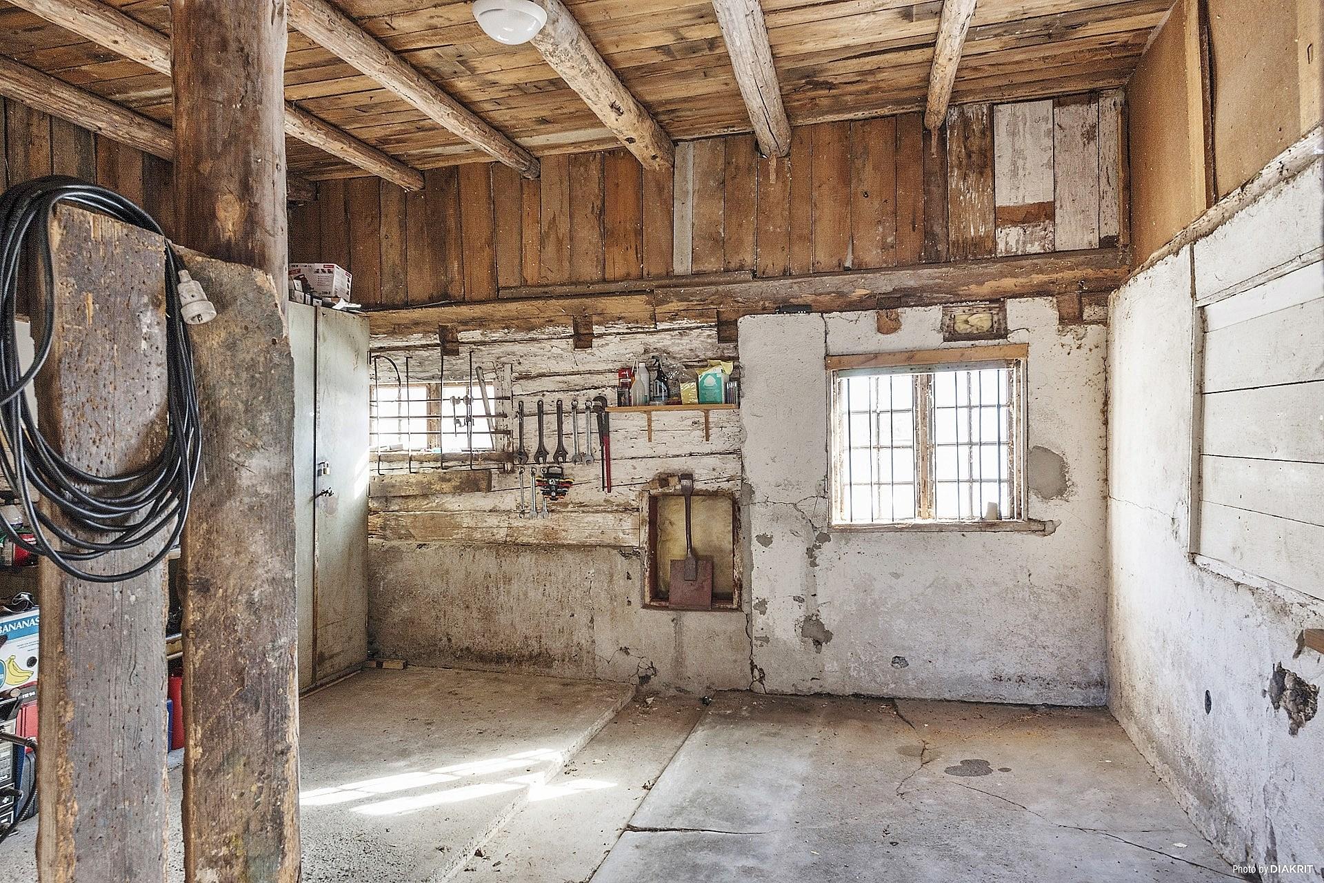 Stalldel i ladugårdsbyggnaden, tidigare 2 boxar.