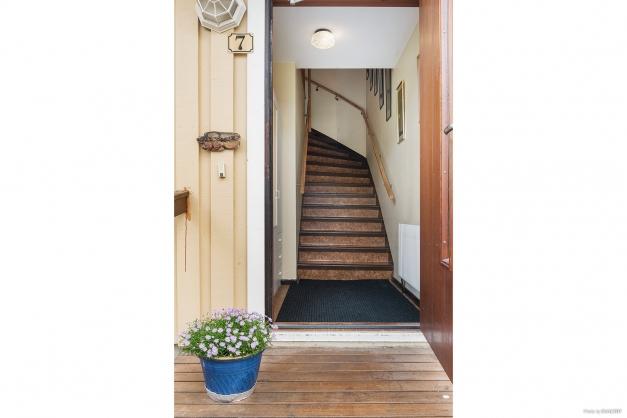 Egen ingång med trapp till övre plan