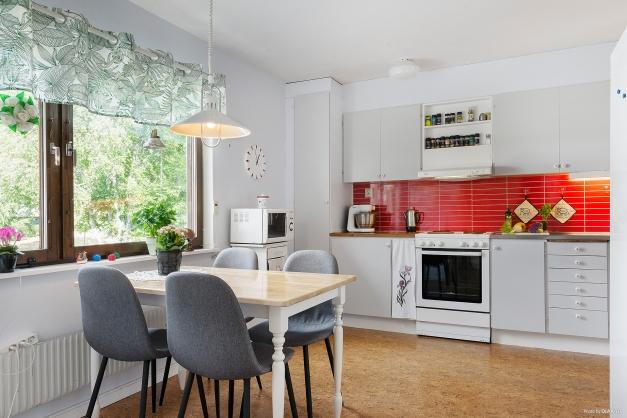 Hemtrevligt kök med matplats framför fönstret