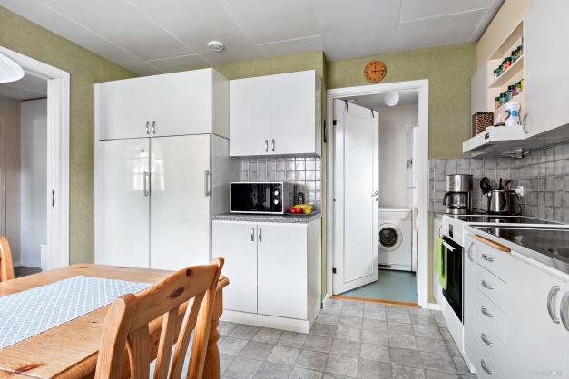 Kök med skymt in till tvättstuga