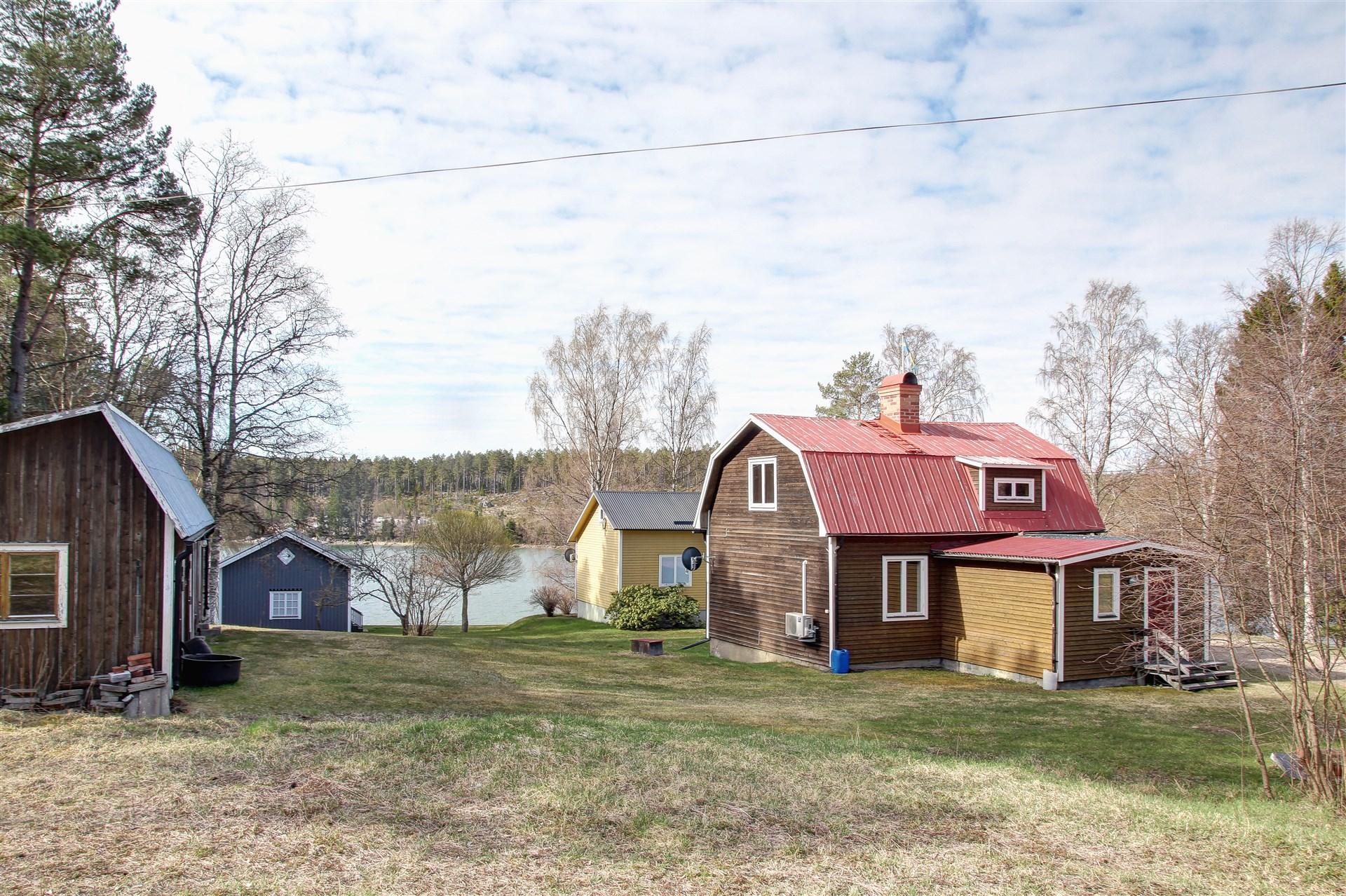 I dagsläget finns två bostadshus, gäststuga och garage-/förrådsbyggnad