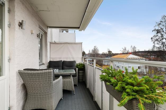 Den rymliga balkongen med magnifik utsikt