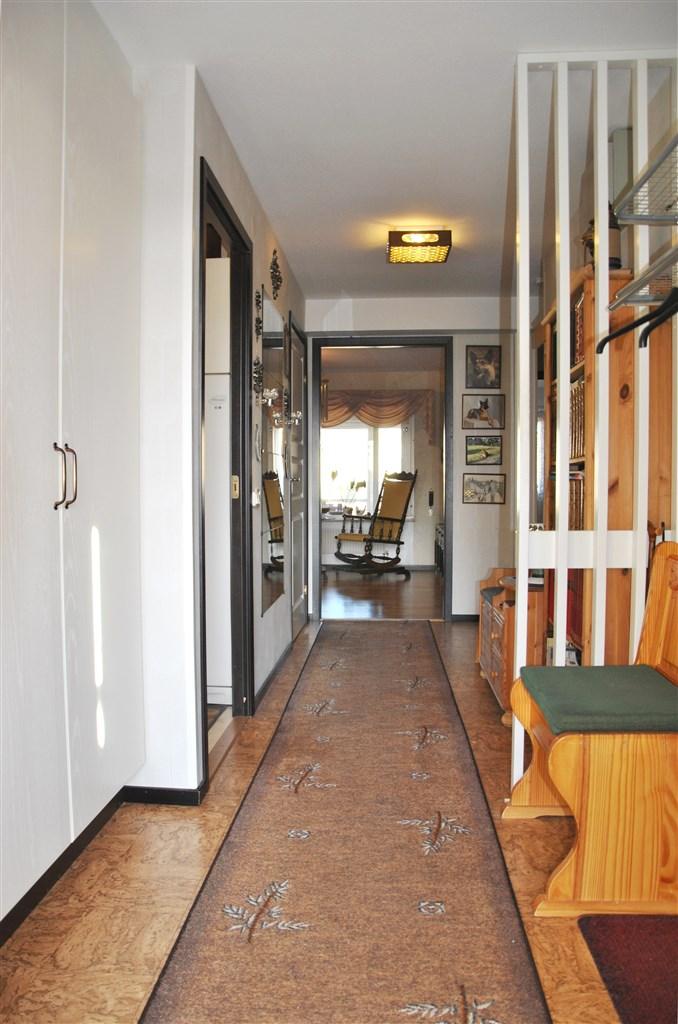 Hallen med garderober och hatthylla närmast entrén