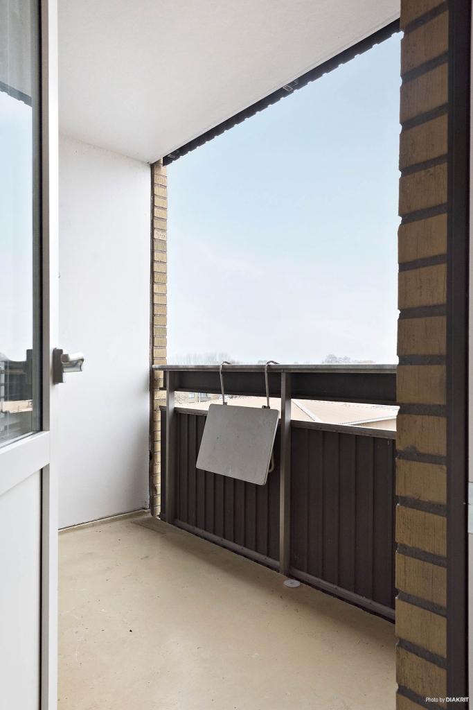 Balkongen nås från köket, den är rymlig och man får plats med möblemang