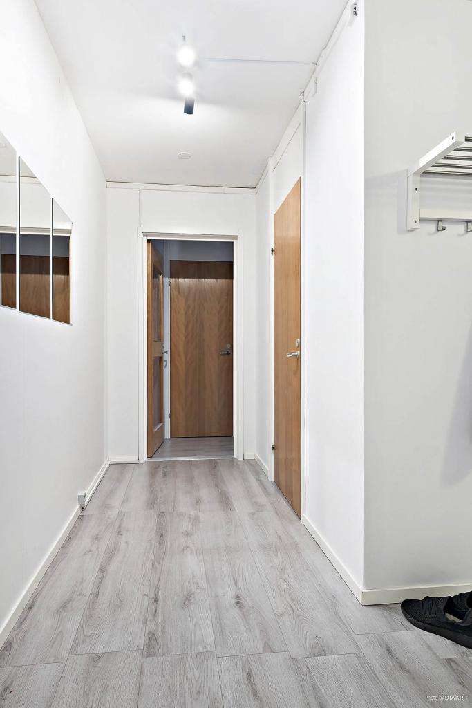 Vi går i hallen mot kök och sovrum med stor klädkammare