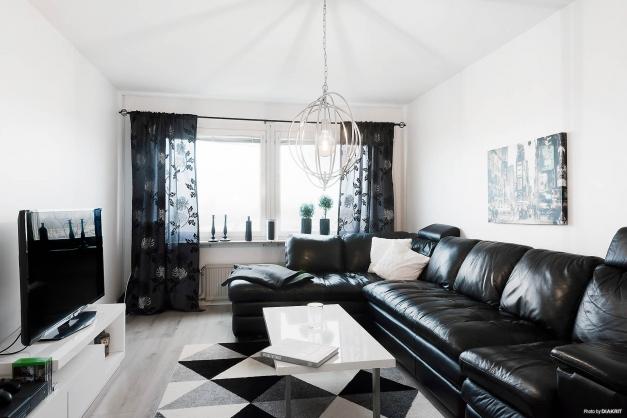 Riktigt stort vardagsrum med plats för rejäl soffa och medier