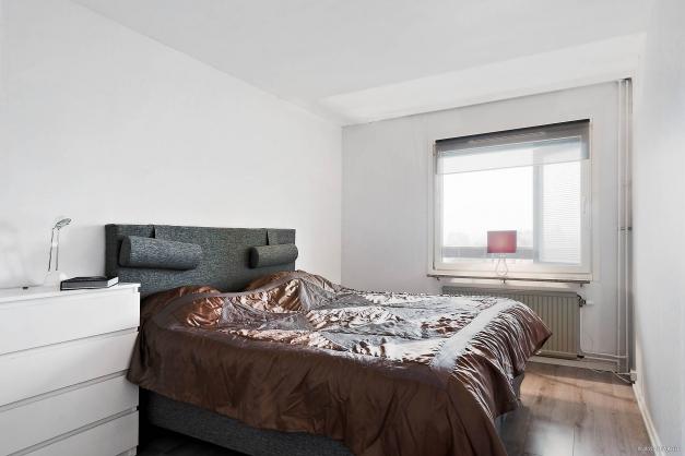 Sovrummet rymmer dubbelsängen och andra möbler, här finns en stor klädkammare