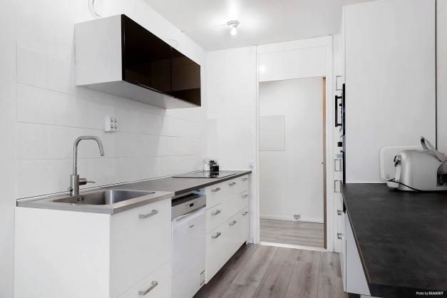 Köket är nytt! Vita luckor, snygg matchande bänkskiva, häll, diskmaskin, kyl och frys. Snyggt!