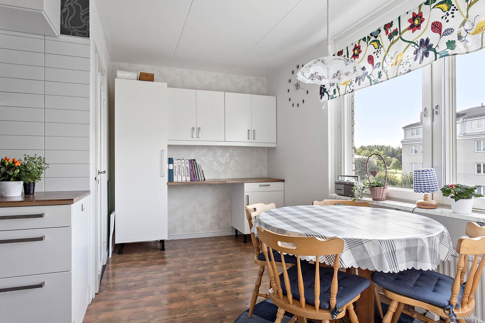 Extra förvaringsskåp och avlastningsbänk i köket
