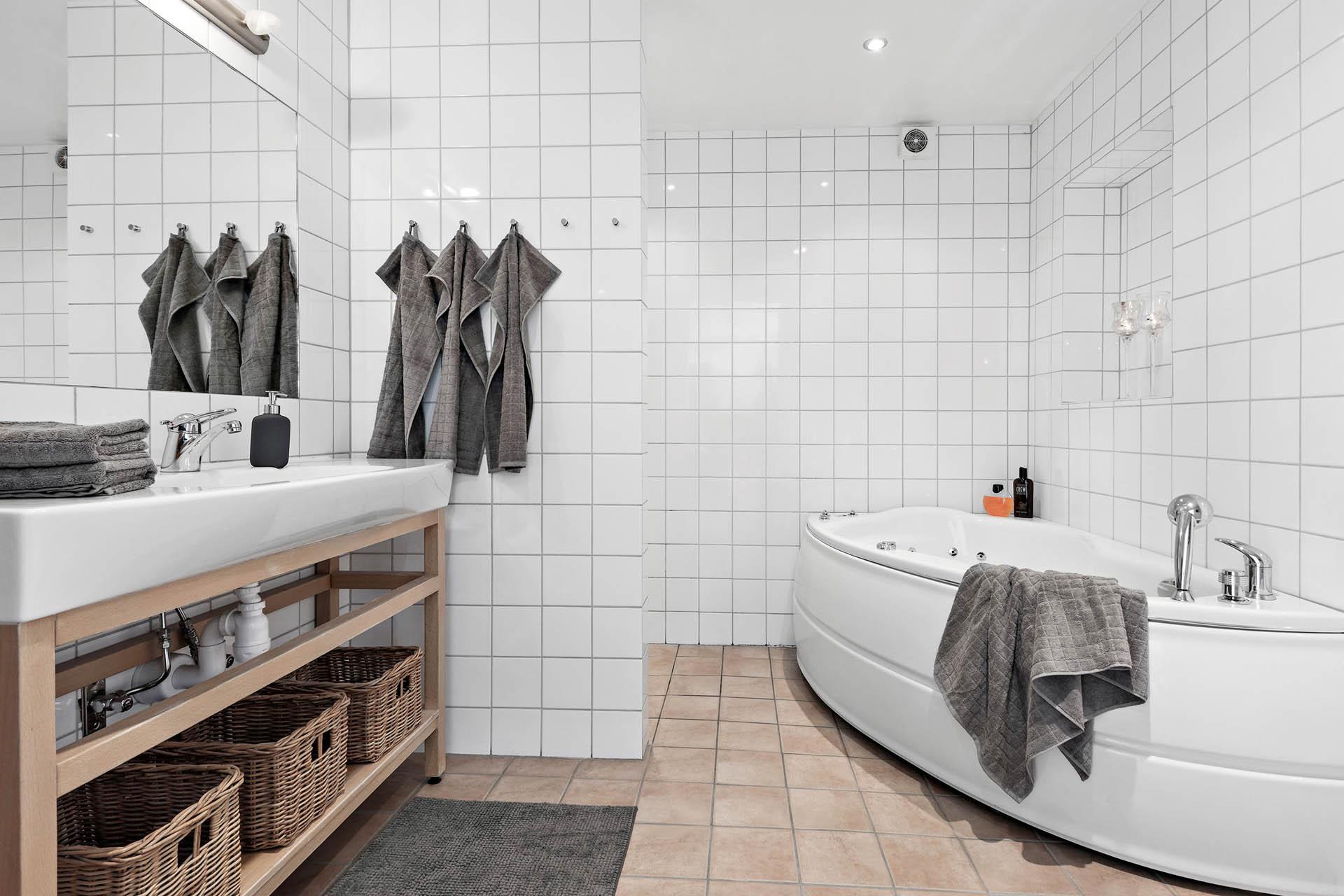 Badrummet med dusch och bubbelbad