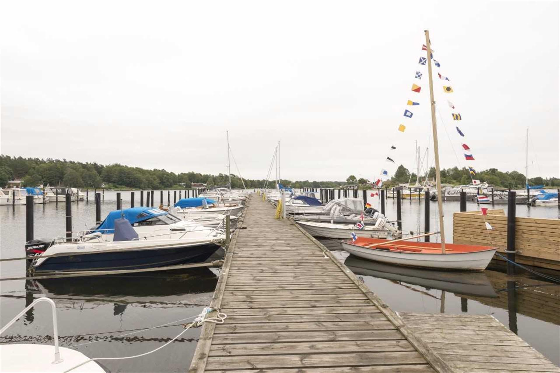 Brygga med egen båtplats