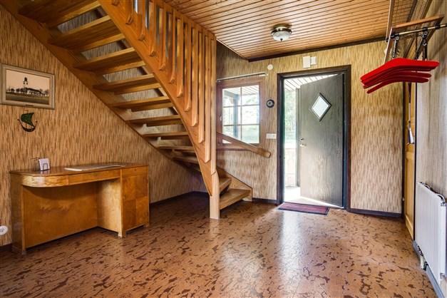 Rymlig och praktisk hall med uppgång till övervåningen och 1 garderob.