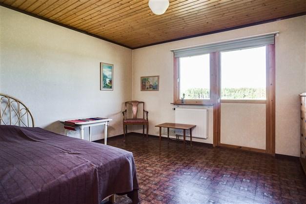 Sovrum 1 med utgång till uteplats, 1 linneskåp och 2 garderober.