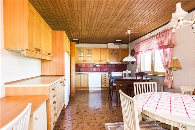 Stort kök med bra förvaring och arbetsytor. Här finns plats för större köksmöbel.