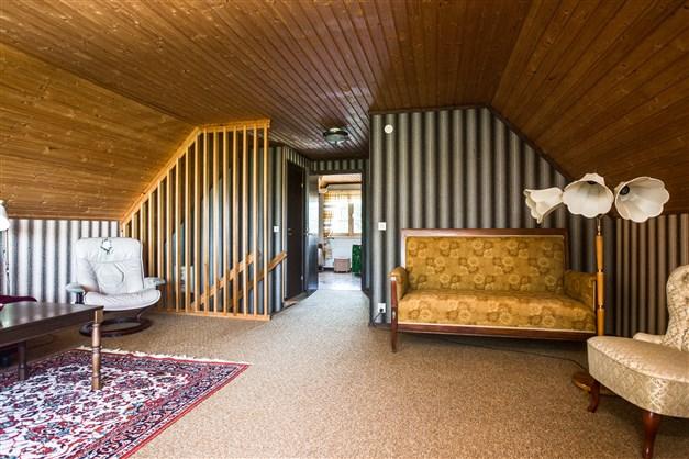 Allrum på övervåningen med spaljé mot trappen. Här finns också 2 linneskåp och en klädkammare.