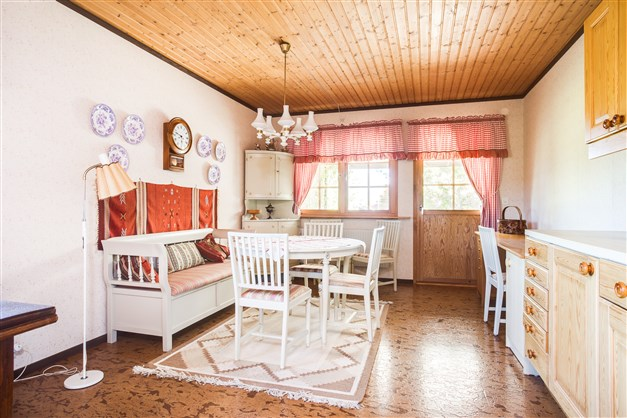 I köket finns utgång till altan under tak.