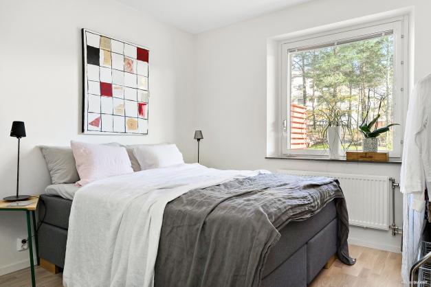 Sovrum med två garderober