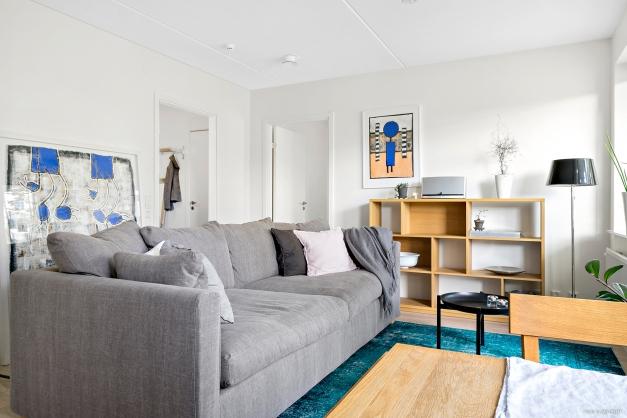 Vardagsrum mot sovrum och hall