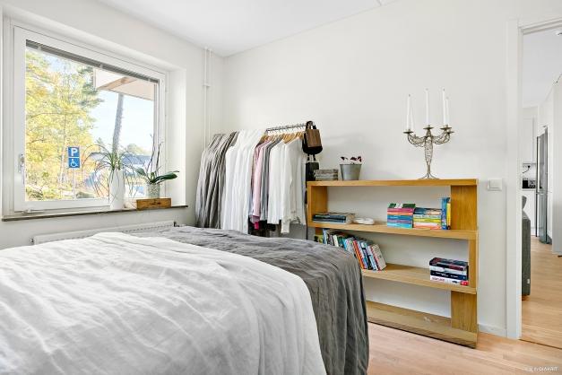 Sovrum med gott om plats för dubbelsäng