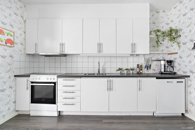 Kök med vit skåpinredning