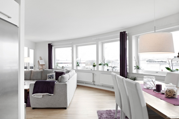 Vacker rundad arkitektur med mycket fönster