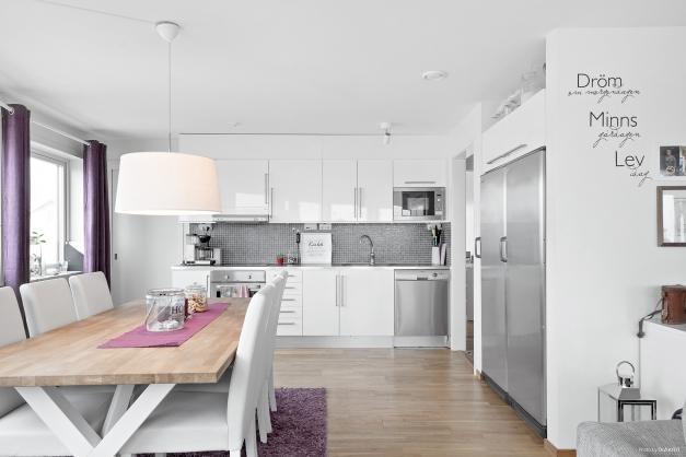 Vitt och stilrent kök med plats för sköna middagar