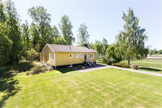 Trevlig villa på landet med stor trädgård och lastbilsgarage som kan göras om till stall för den som önskar!