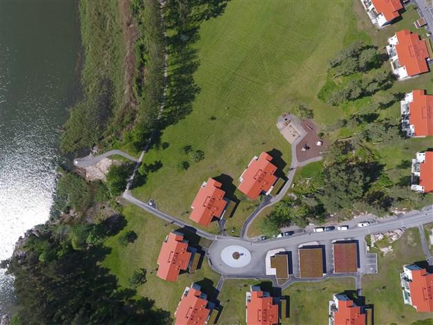 Översiktsbild - lägenheten ligger i husraden närmast vattnet och i det som är närmast lekplatsen