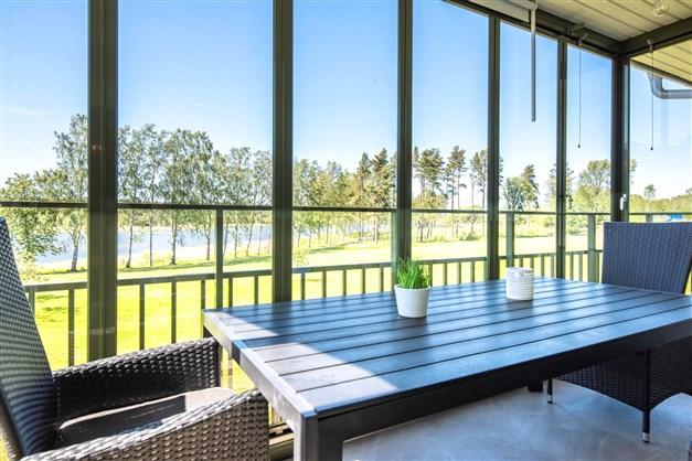 Rymlig inglasad balkong med öppningsbara glaspartier