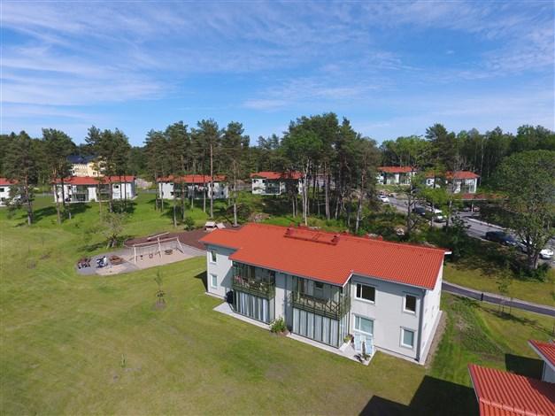 Fasadbild med lägenheten 2:a plan och upp till höger